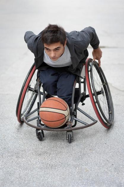 Volledig schot gehandicapte man spelen met bal Premium Foto