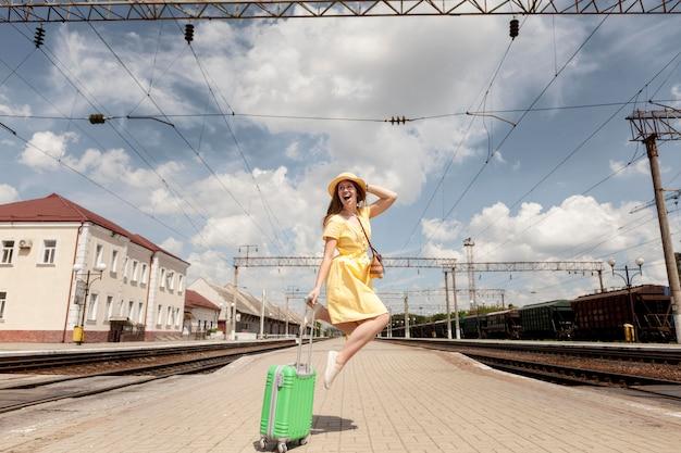 Volledig schot gelukkige vrouw springen Gratis Foto
