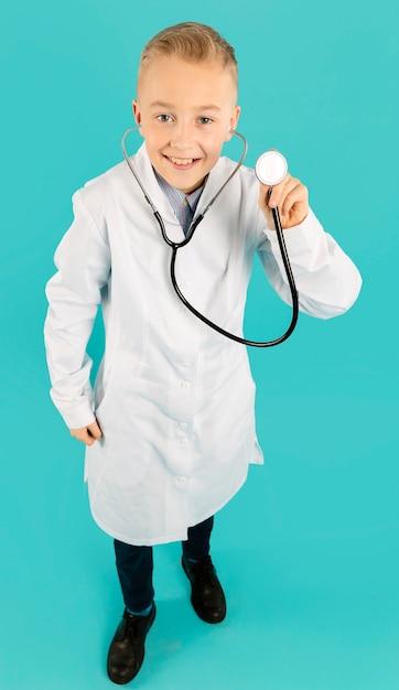 Volledig schot van de stethoscoop van de artsenholding Gratis Foto