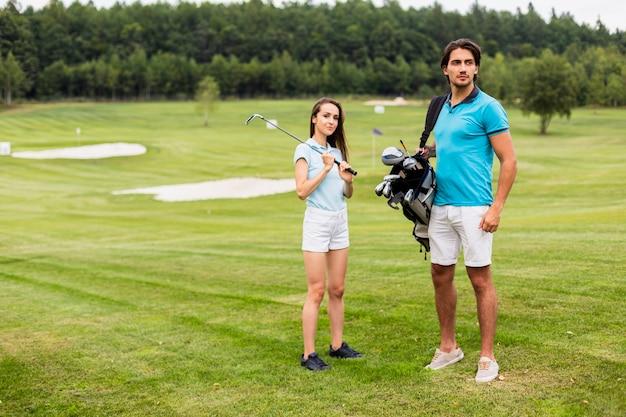 Volledig schot van golfspelers op het gebied Gratis Foto