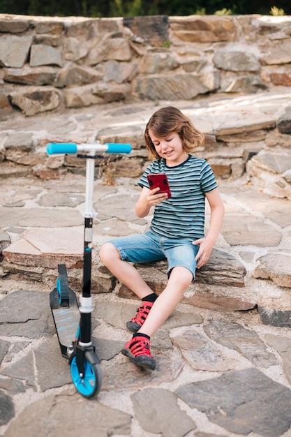 Volledig schot van kind het spelen in park Gratis Foto