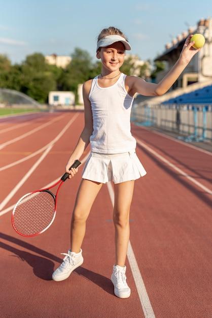 Volledig schot van meisje met tennistoestel Gratis Foto