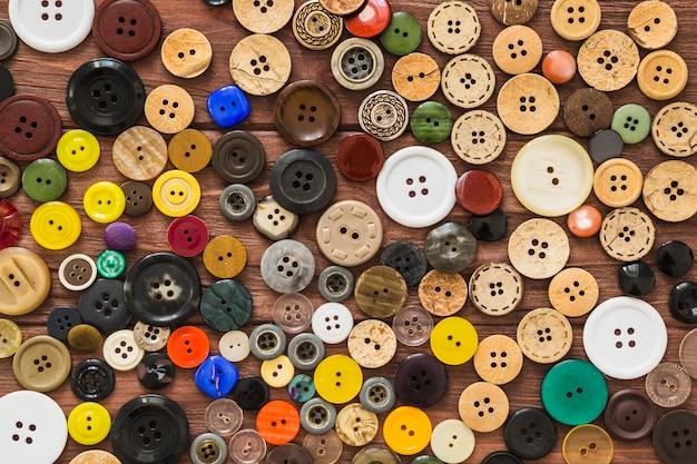 Volledige beeldmening van vele kleurrijke knopen Gratis Foto
