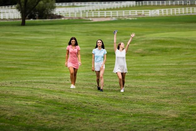 Volledige geschotene groep vrouwen op de golfbaan Gratis Foto