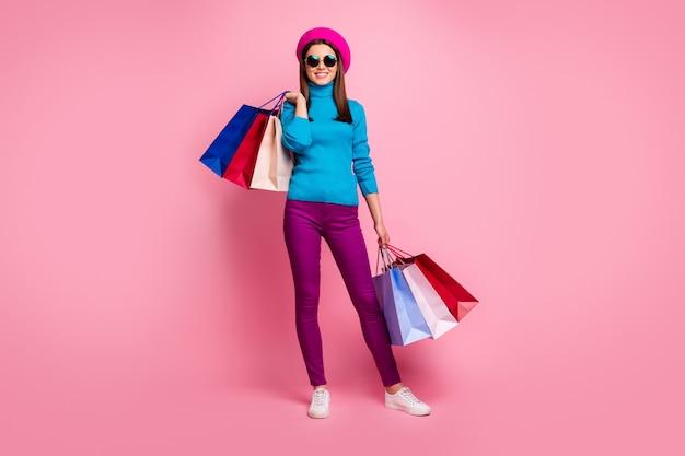 Volledige lengte lichaamsgrootte weergave van haar ze mooi ogende modieuze aantrekkelijke mooie vrolijke vrolijke meisje draagtassen vrije tijd weekend vakantie. Premium Foto