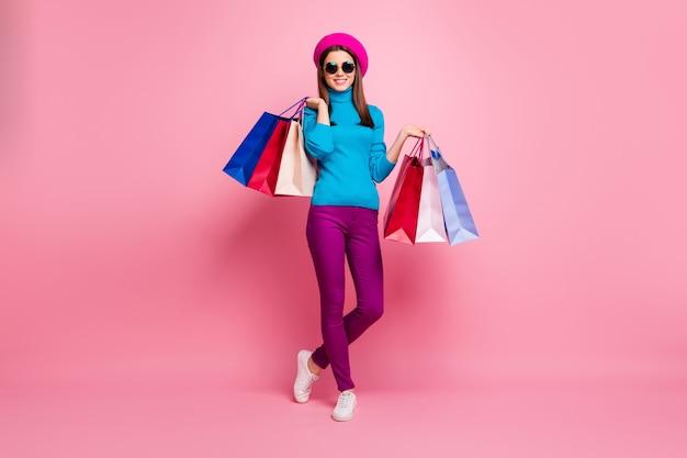 Volledige lengte lichaamsgrootte weergave van haar ze mooie aantrekkelijke mooie mooie modieuze vrolijke vrolijke meisje fashionista in handen tassen genieten van weekend te houden. Premium Foto