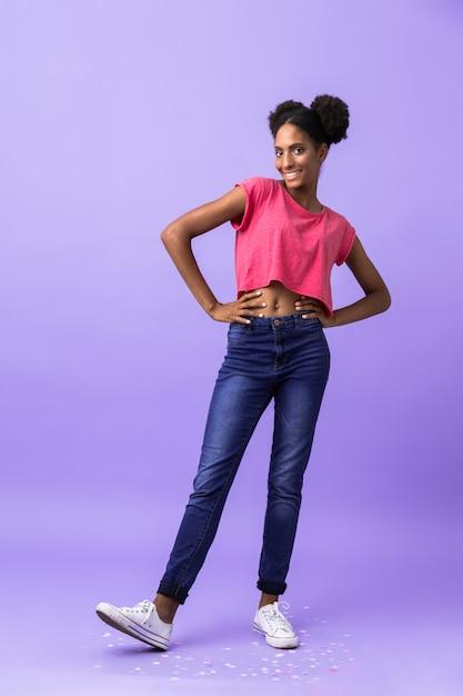Volledige lengte mooie afrikaanse amerikaanse vrouw lachend, geïsoleerd Premium Foto
