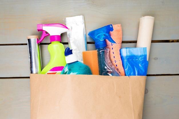 Volledige papieren zak met verschillende schoonmaakmiddelen Premium Foto