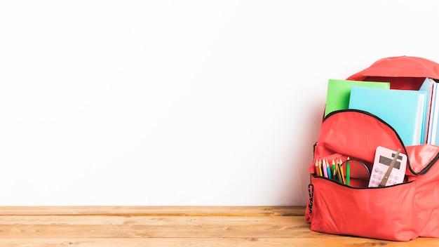 Volledige schooltas op tafel Premium Foto