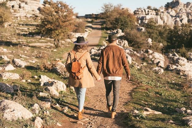 Volledige shoot man en vrouw lopen samen Gratis Foto