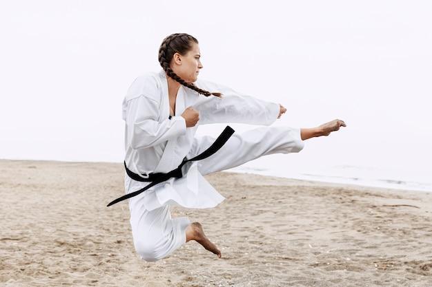 Volledige shot fit meisje karate training Gratis Foto