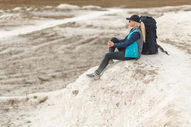 Volledige shot volwassen reiziger in de natuur Gratis Foto
