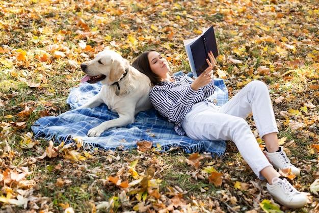 Volledige shot vrouw met schattige hond Gratis Foto