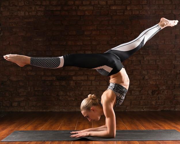 Volledige shot vrouw yoga specifieke positie Gratis Foto