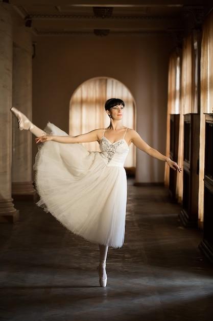 Volwassen ballerina oefenen in de zaal van het theater Premium Foto