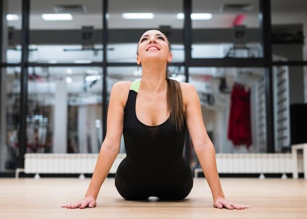 Volwassen fit vrouw training in de sportschool Gratis Foto