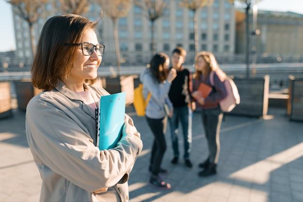 Volwassen glimlachende vrouwelijke leraar Premium Foto