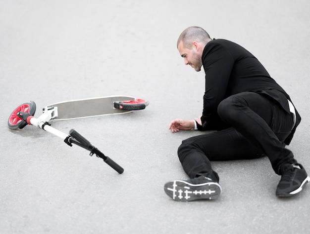 Volwassen man gewond na het rijden scooter Gratis Foto
