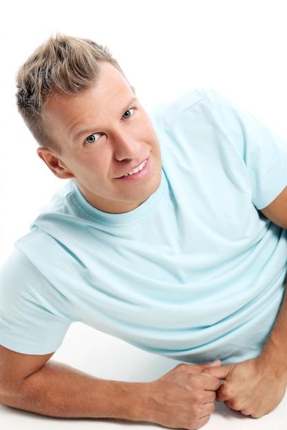 Volwassen man met een shirt poseren in studio Gratis Foto