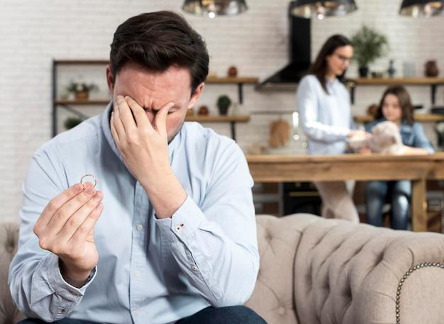 Volwassen man verdrietig omdat hij het uitmaakt met zijn vrouw Gratis Foto