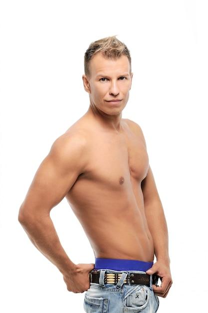 Volwassen man zonder shirt poseren in studio Gratis Foto