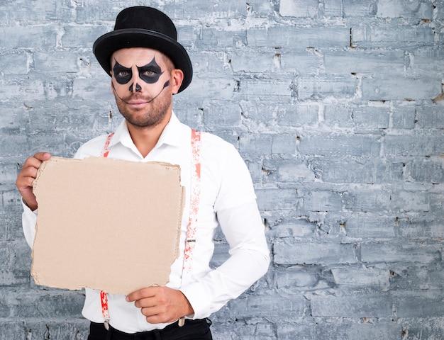 Volwassen mens in halloween-kostuum met model Gratis Foto