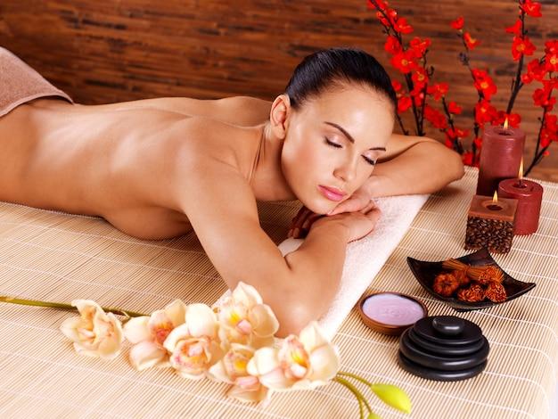 Volwassen mooie vrouw ontspannen in spa salon. schoonheidsbehandeling therapie Gratis Foto