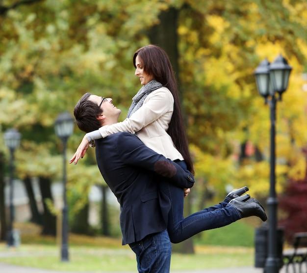 Volwassen paar dat een goede familiedag in het park heeft Gratis Foto