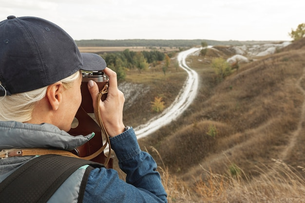 Volwassen reiziger fotograferen buiten Gratis Foto