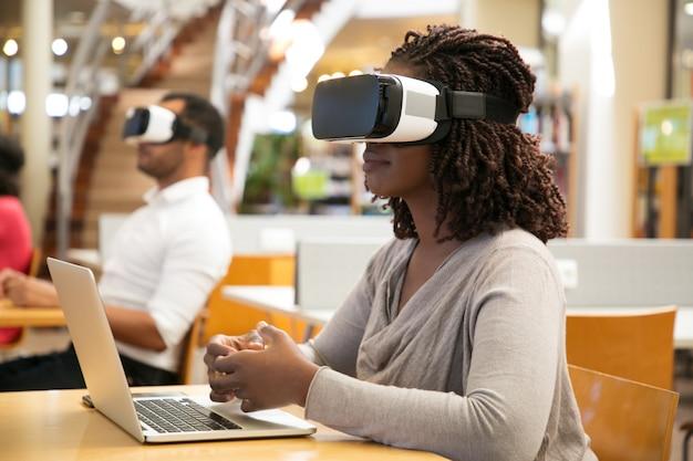 Volwassen studenten die vr-simulatoren gebruiken voor projectwerk Gratis Foto