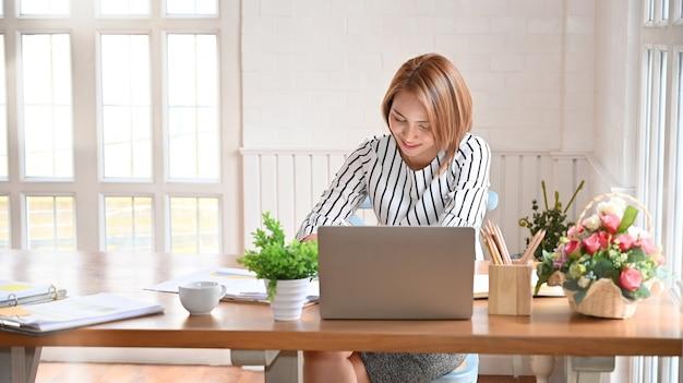Volwassen vrouw die met digitale tablet en pen werkt. Premium Foto