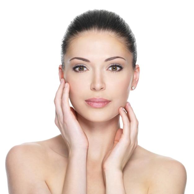 Volwassen vrouw met mooi die gezicht - op wit wordt geïsoleerd. huid zorg concept. Gratis Foto