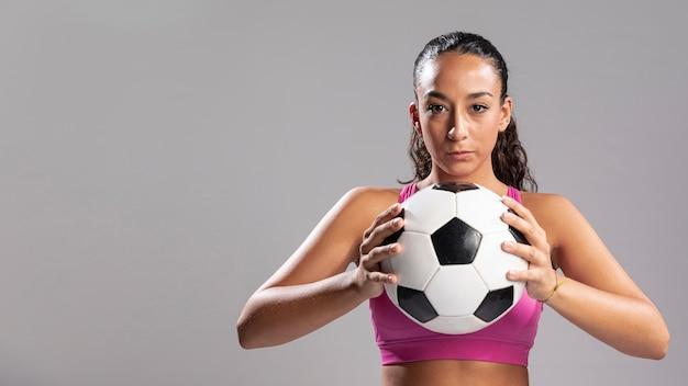 Volwassen vrouw met voetbal Gratis Foto
