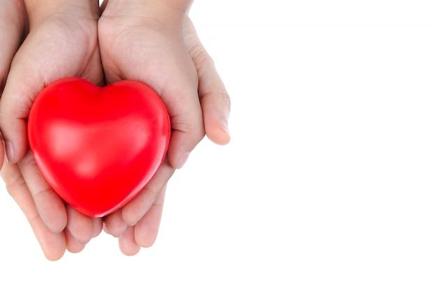 Volwassene en kind kind hand met rood hart. Premium Foto