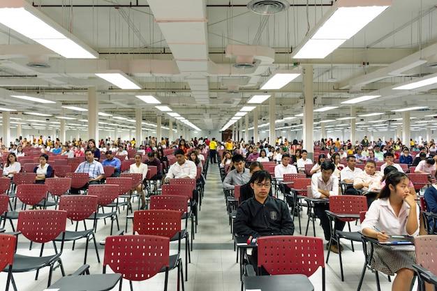 Volwassenen leggen examen af in examenruimte om te benoemen om te werken Premium Foto