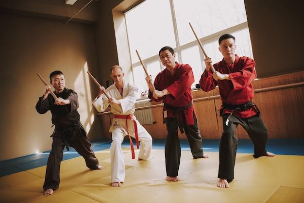 Voor karate mannen in trainingsmethoden met stokjes Premium Foto