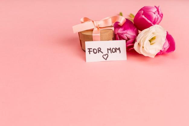 Voor moeder notitie op kleine geschenkverpakking Gratis Foto