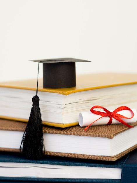 Vooraanzicht academische cap op stapel boeken Gratis Foto