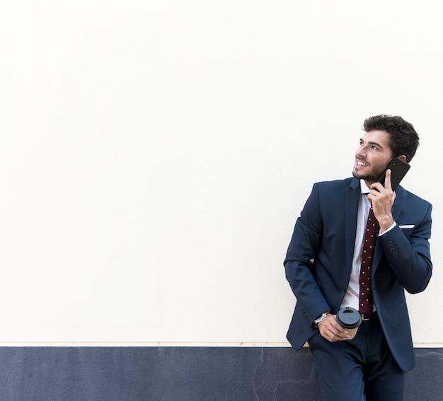 Vooraanzicht advocaat met telefoon wegkijken Gratis Foto