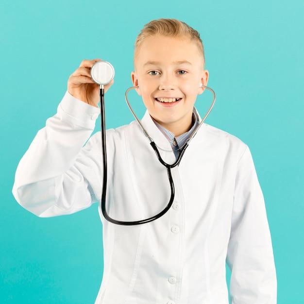 Vooraanzicht arts die stethoscoop toont Gratis Foto