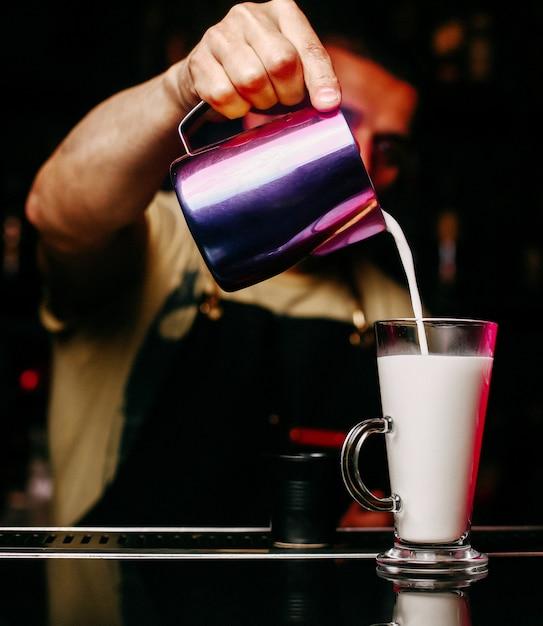 Vooraanzicht barman vulling glas met sap Gratis Foto