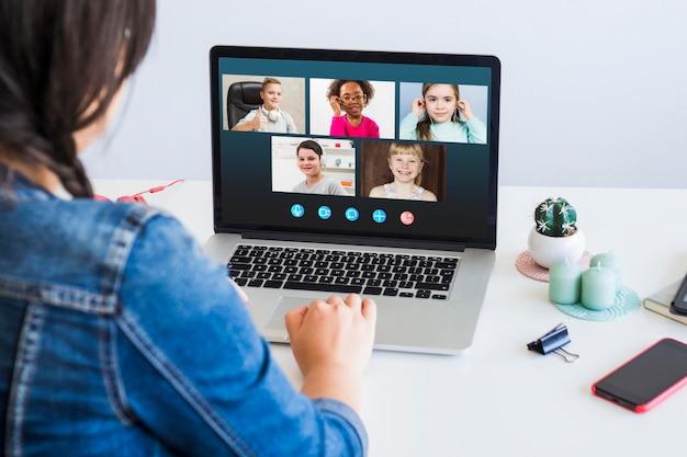 Vooraanzicht bedrijfsvideogesprek op laptop Gratis Foto