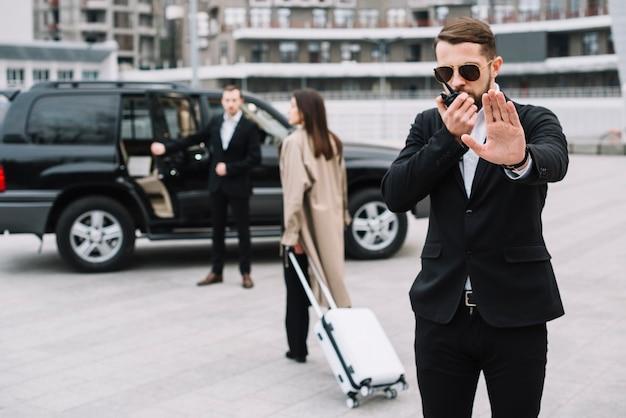 Vooraanzicht bewaker die client beschermt Gratis Foto