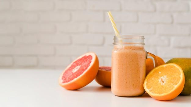 Vooraanzicht biologische grapefruit en sinaasappel op tafel Gratis Foto