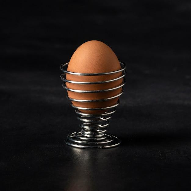 Vooraanzicht bruin ei in standaard Gratis Foto