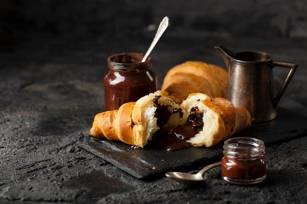 Vooraanzicht chocolade croissants arrangement Premium Foto