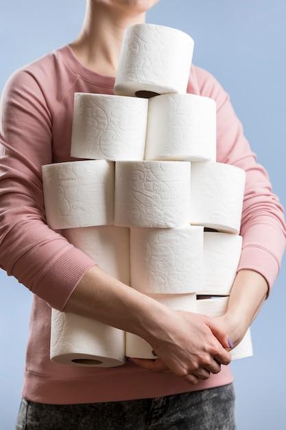 Vooraanzicht dat van vrouw meerdere toiletpapierrollen houdt Gratis Foto