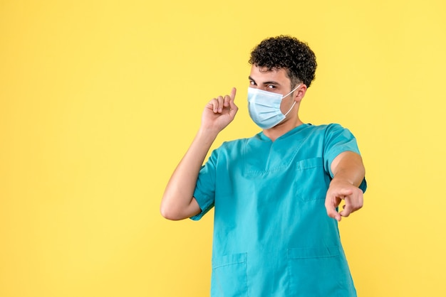 Vooraanzicht een dokter een dokter belooft dat alles goed komt Gratis Foto