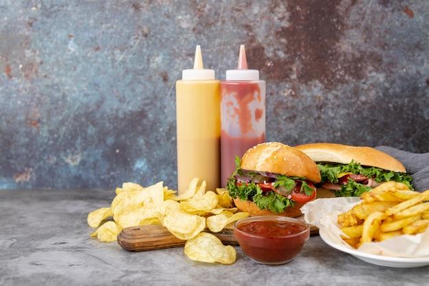 Vooraanzicht fastfood op tafel Gratis Foto