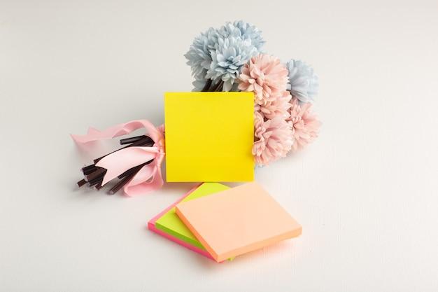 Vooraanzicht gekleurde stickers met bloemen op wit oppervlak Gratis Foto